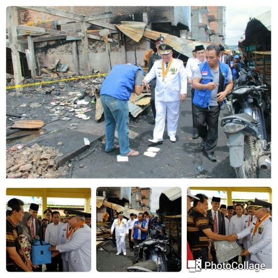 Bupati DR. Ir. H. Safrial, MS Menyerahkan Bantuan Kepada Perwakilan Korban Musibah Kebakaran Diwakili RT 05 , Kamis (17/8/17)
