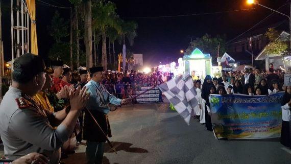 Wakil Bupati Drs. H. Amir Sakib Mengangkat Bendera Star Melepas Peserta Pawai Takbiran Di Depan Rumah Jabatan Bupati, Rabu (31/8/17)