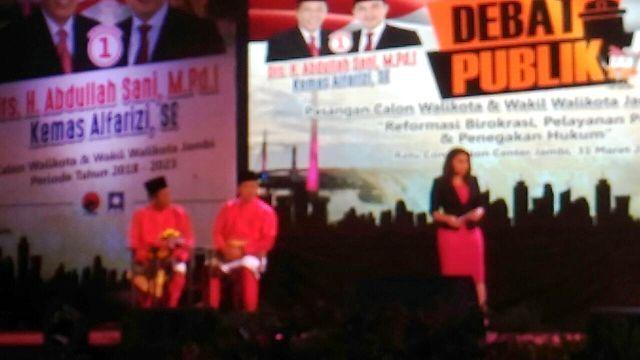 Pasangan Sani-Izi saat Debat Kandidat Pilwako Jambi 2018