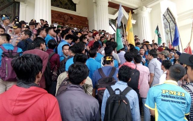Aksi Mahasiswa meminta penegakan aturan terhadap angkutan batubara di depan kantor Gubernur Jambi