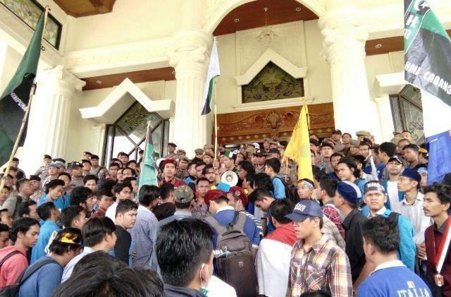 Aksi mahasiswa kelompok Cipayung Jambi meminta penegakan pergub batu bara.