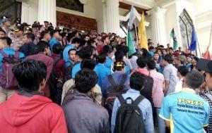 Tolak Kedatangan Tagor, Aksi Mahasiswa Bubarkan Diri