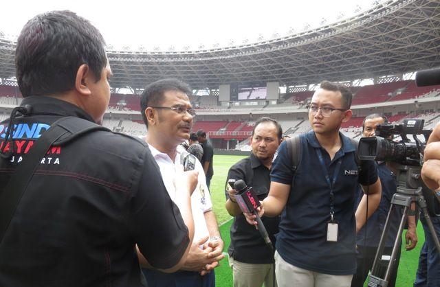 Sutan Adil Hendra (tengah) saat diwawancarai media