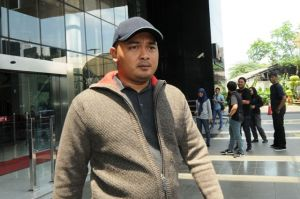 FOTO: Kenakan Jaket Berwarna Abu-Abu,  Ketua DPRD Tebo Keluar dari Gedung KPK