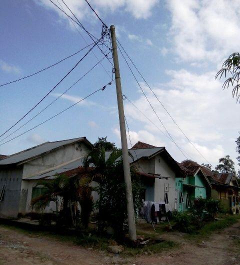Tiang listrik di kawasan Perumahan Mutiara, Lorong Merak, Alam Barajo, Kota Jambi