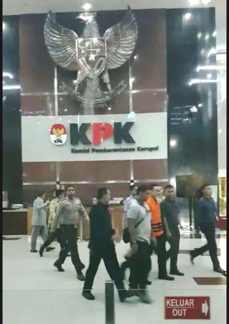 Zola keluar dari gedung KPK