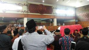 Ketua DPRD Provinsi Jambi Lepas Jenazah Zoerman Manap di Ruang Paripurna