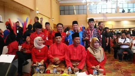 Edi Purwanto (Baris Kedua paling kanan,red) bersama Sani-IZi dan pendukung