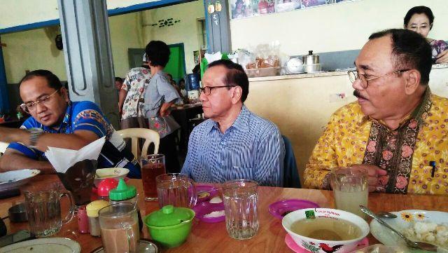 Akbar Tanjung bersama Antoni dan Maulana saat sarapan pagi pagi ini Senin (16/4/2018)
