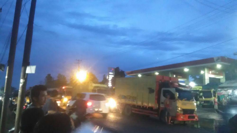 Kemacetan di depam pom bensin Sungai Duren jelang malam tadi Senin (16/4/2018)