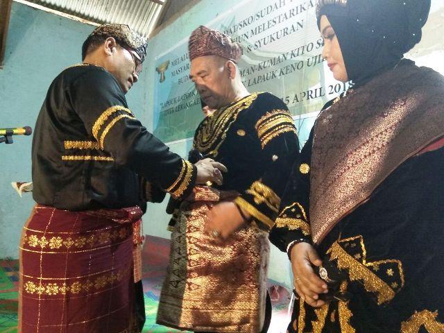 HTK dinobatkan dengan gelar adat Depati Rajo Alam Sakti.