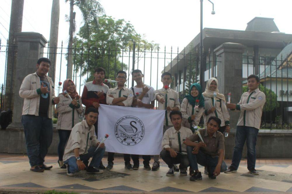 Anggota IPMKM-J Bagi-Bagi Bunga di Simpang BI, Kota Jambi
