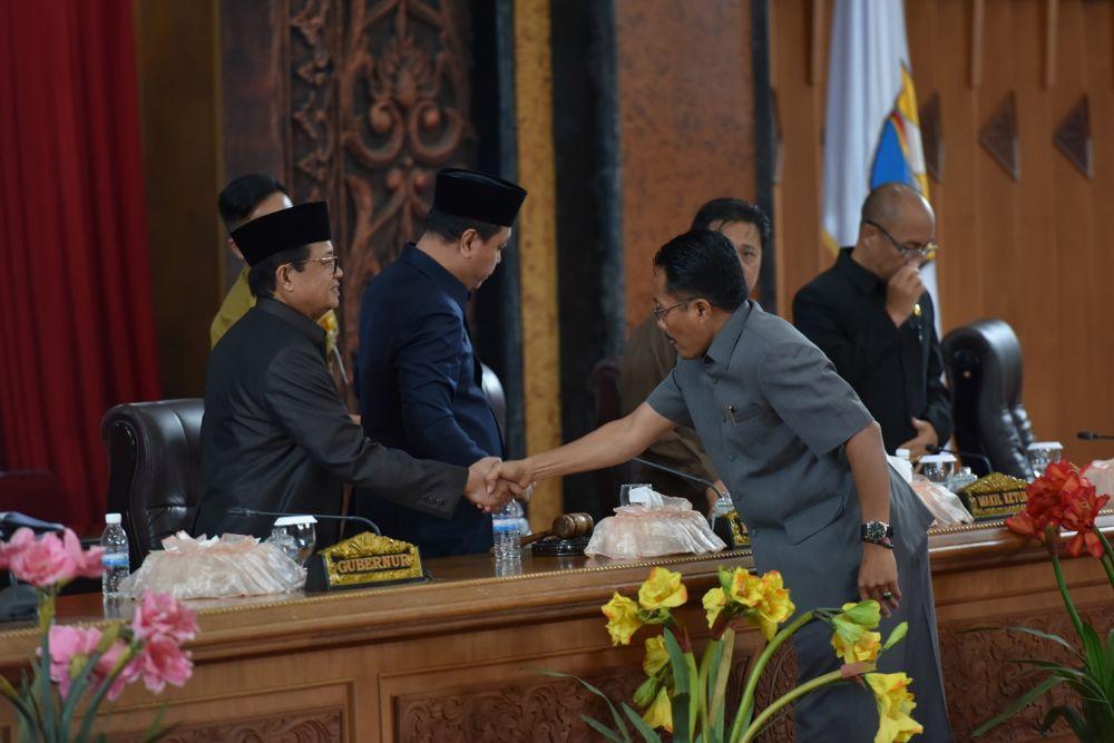 M. Juber menyerahkan rekomendasi Pansus II DPRD Provinsi Jambi kepada Pimpinan Sidang Paripurna