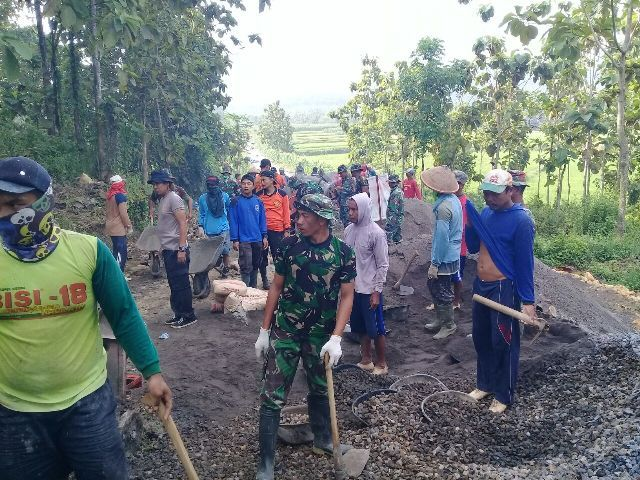 Satgas TMMD Kodim Pati melakukan pengecoran jalan desa bersama warga