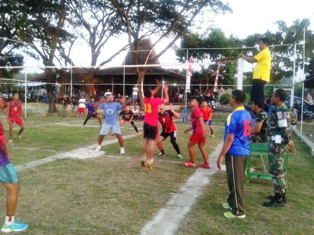 Anggota satgas TMMD bertanding voli bersama warga