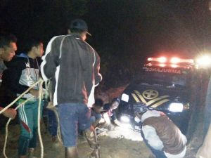 Gara-gara Jalan Rusak di Bahar Selatan,  Ambulance yang Bawa Jenazah ini Terpaksa Ditarik Warga