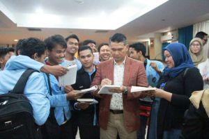 Jadi Pemateri di Acara Seminar Politeknik Jambi, Tanda Tangan Fasha Jadi Buruan Mahasiswa
