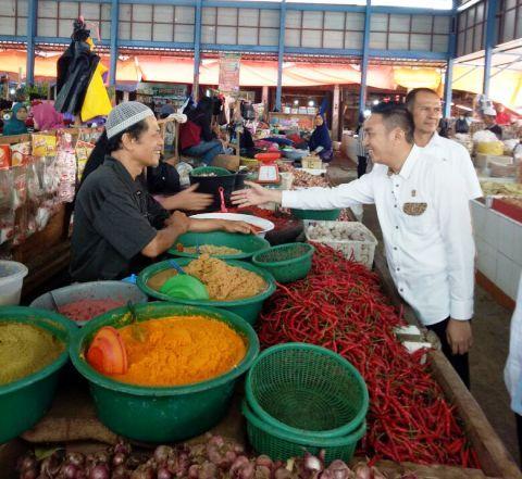 TPID bersama Ketua DPRD Fikar Azami SH MH melaksanakan sidak ke pasar tradisional