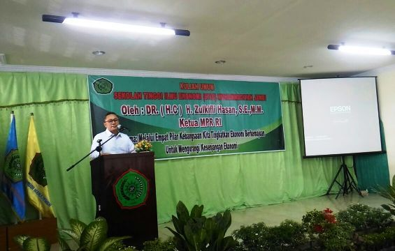 Zulkifli Hasan saat memberikan kuliah umum di STIE Muhammadiyah