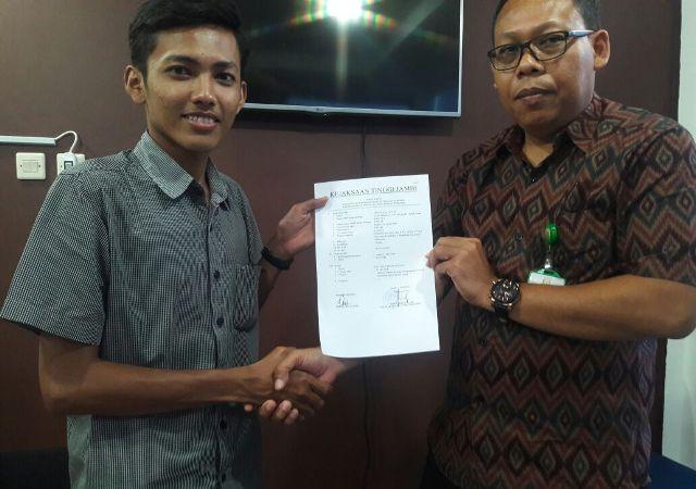 Aap Patoni, Korlap Aksi, menerima bukti penyampaian informasi dugaan korupsi dari pihak Kejati.