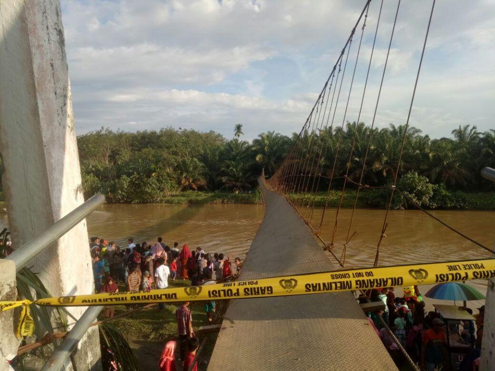 Jembatan putus dipasang garis polisi