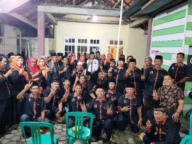 Maulana bersama warga saat sialturrahmi bersama Pujakesuma