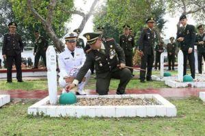 Pimpin Upacara Ziarah dan Tabur Bunga di Makam Pahlawan, Ini Pesan Danrem 042/Gapu