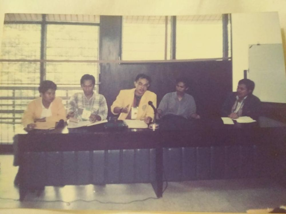 Kun Nurachadijat (tengah), Ketua Presidium Senat Mahasiswa Perguruan Tinggi se-Indonesia, saat memimpin sidang dengan agenda mencabut NKK/BKK di Universitas Mulawarman, Samarinda (6 Maret 1996)