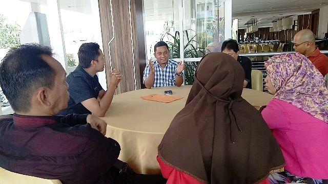 Ibnu Kholdun bersama 10 pengacara lainnya saat mendatangi manajemen Luminor