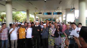 Tiba dari Umroh, Fasha-Maulana Disambut Pendukung di Bandara