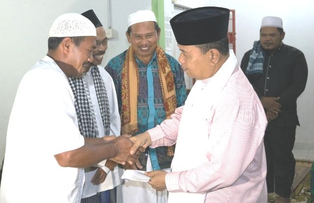 Sekda Merangin H. Sibawaihi memberikan focher pembangunan kepada pengurus Masjid Al Muhajirin