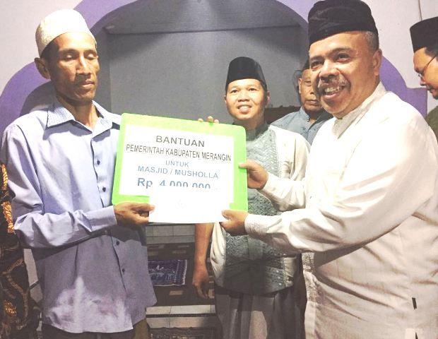 Pjs bupati menyerahkan bantuan focher kepada panitia pembangunan masjid senilai Rp 4 juta