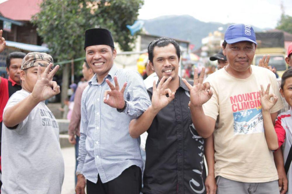 Zainal bersama warga saat mengunjungi Pasar Bedug Hiang