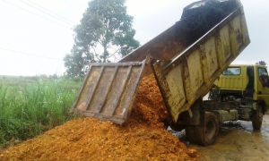 Jalan Lintas Jambi Suakandis Rusak Parah, PT BBS Kucurkan Bantuan Material Untuk Perbaikan