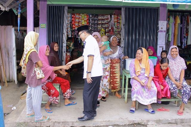 Ahmad Fauzi saat bertemu warga .