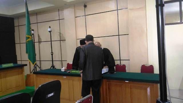 Supriyono saat berbincang dengan pengacaranya