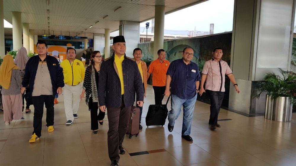 Fasha bersama pengurus menjemput Plt Ketua Golkar Taufik Hidayat