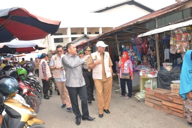 Sekda sekaligus Ketua Tim Satgas Pangan Provinsi Jambi M Dianto beserta rombongan saat melakukan inspeksi mendadak (Sidak)