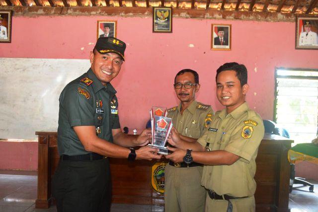 Dandim 0718/Pati menyerahkan Duplikat Piala Juara 2  TMMD Reg 101 Tingkat Nasional Tahun 2018