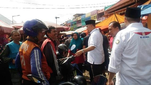 Fasha saat menyapa tukang ojek di Pasar Angso Duo