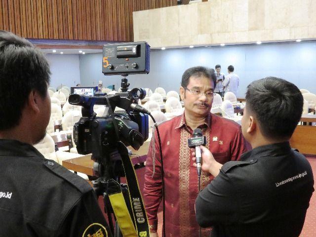 Sutan Adil Hendra saat diwawancarai media