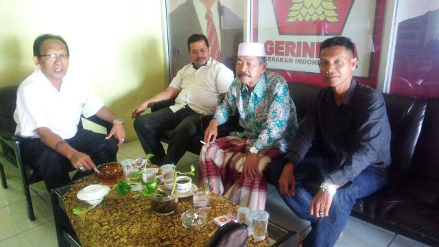 Sakirin Pohan (kanan) duduk bersama Kiai Lohot Hasibuan