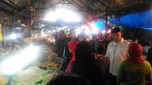Fasha Traktir Sejumlah Warga Berbelanja di Pasar Angso Duo