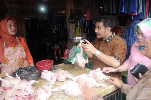 SAH saat mengecek harga di Pasar Keluarga