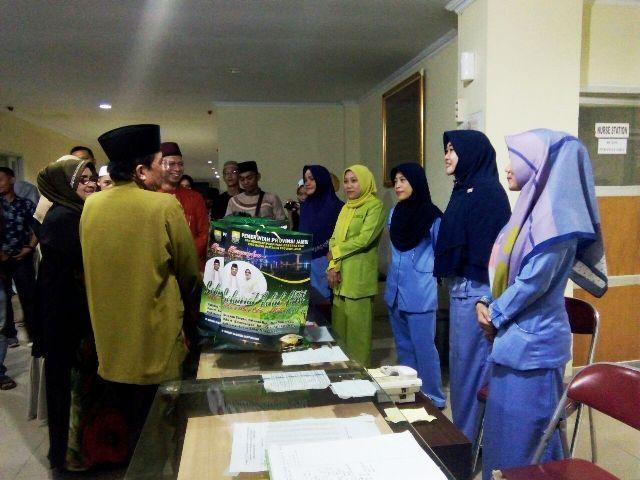 Fachrori bersama istri dan drg Iwan beserta istri membagikan parsel lebaran ke tenaga medis dan pasien RS