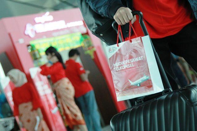 Manajemen Telkomsel secara resmi melepas lebih dari 1000 pemudik yang mengikuti program Mudik Bareng Telkomsel 2018 menggunakan moda transportasi Bus di Silang Monas, Jakarta (12/6).