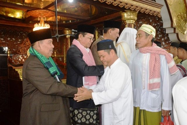 Fachrori bersalaman dengan warga usai salat ied di Masjid Alfalah Jambi
