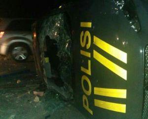 BREAKING NEWS : 1 Unit Mobil Pospam dan Anggota Polsek Mandiangin Diamuk Massa