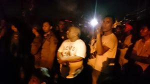 Turun ke Lokasi, Bupati Safrial Ikut Padamkan Api