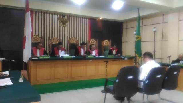 Supriyono mendengarkan vonis hakim